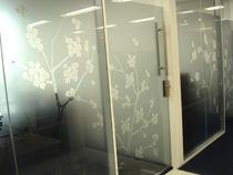 福岡天神フコク生命ビル 桜のモチーフが特徴の磨りガラス